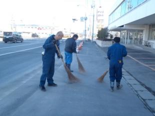 画像:本社近隣清掃活動を行いました。1