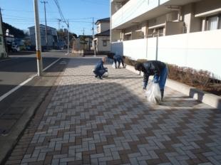 画像:本社近隣清掃活動を行いました。2