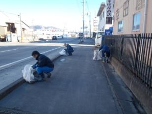 画像:本社近隣清掃活動を行いました。4